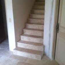 Escaliers recouvert : marche, contre marche en pierre de travertin