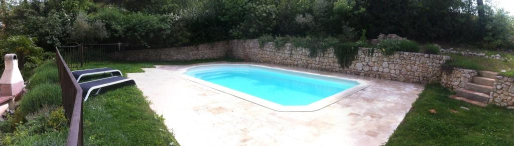 Contour de piscine en pierre sur Ventabren
