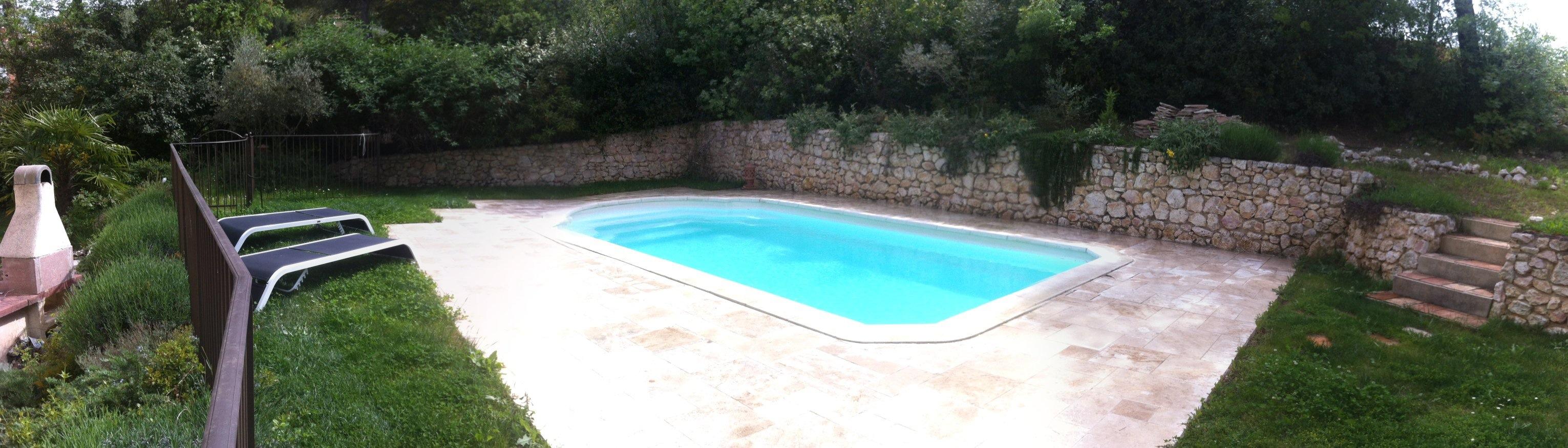contour de piscine en pierre