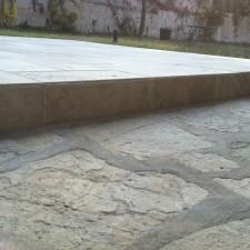 Afin de rester dans la même tonalité couleur et rappeler la pierre, un opus de travertin couleur mixte à été posé.