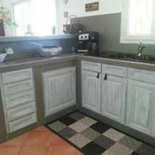 BLB a pratiqué le home staging pour cette cuisine, la rendre plus moderne en repeignant les éléments et mis un carreau gris en guise de plan de travail.