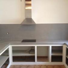 Réalisation de la pose d'un carreau gris rectifié avec baguettes alu de finition, remplacement de l'évier.