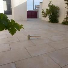 Terrasse éclaircie par ce carreau beige / rosé sur deux niveaux, marche / contre marche