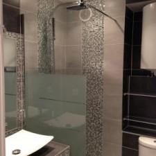 Démolition de toute une salle de bains en plein centre d'Aix en Provence, création d'une douche à l'italienne avec receveur en widi ainsi que d'un meuble salle de bains complètement carrelé en mosaïque, le tout complété par un carreau gris jumelé avec un carreau très foncé, très harmonieux.