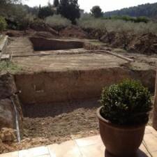 Aménagement extérieur d'une piscine imitation parquet, préparation du terrain.