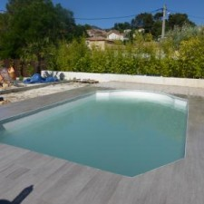 A la Valentine près de Marseille, aménagement d'une piscine avec un style très moderne dans ses formes et couleurs.