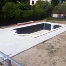 A proximité de Salon de provence, non loin de Pélissanne, une chape à été réalisé afin de poser les carreaux du pourtour de piscine.