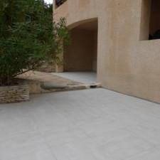 Ayant déjà réaliser sa 1ère terrasse (coté piscine), ce client, satisfait, à voulu refaire sa terrasse (coté portail) avec le même carreau sur la commune de Fuveau.