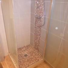 Réalisation d'une douche à l'italienne avec bac receveur, montage mozaïque le long de la colonne de douche + bac.