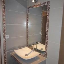 Pose d'un miroir intégré dans le mur afin d'optimiser la place un maximum et dans le soucis de l'esthétisme.