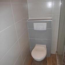 La seule exigence du client: avoir un W.C suspendu dans sa salle de bains avec douche à l'italienne.
