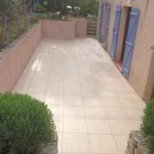Direction Fréjus dans la commune de Chateauneuf le Rouge, la réalisation de la pose d'un carrelage extérieur avec création d'un caniveau et une légère pente à été faite pour éviter les inondations en cas de fortes pluies.